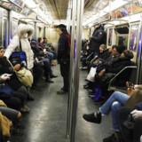 Du har ingen chance for at se, om personer, der er smittet med den nye coronavirus, kan smitte dig. Det viser ny forskning. Men det er ikke ligefrem det budskab, de danske myndigheder sender. Her New Yorks Subway 16. marts i år.