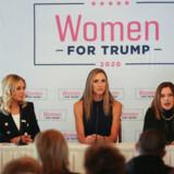 Kayleigh McEnany er udnævnt tli Præsident Trumps nye talskvinde. Her er hun til venstre sammen med Lara Trump (i midten), der er gift med præsidentens søn Eric, og Trump-rådgiveren Mercedes Schlapp (til højre) under en paneldiskussion for »Kvinder for Trump« i Sioux City, Iowa, i januar.