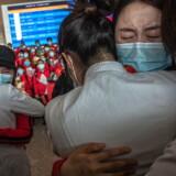 Sundhedsarbejdere fra Jilin Universitet gør sig klar til at forlade Wuhan efter byens genåbning 8. april. Her krammer de deres kollegaer fra Wuhan i byens lufthavn.