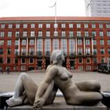 Skoler og daginstitutioner åbner senere på Frederiksberg end i København. Frederiksbergs borgmester, Simon Aggesen (K), forstår godt frustrerede forældre, men betoner, at sikkerheden er vigtigst.