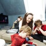 Cecilie Underbjerg og hendes mand Thor med børnene Hugo (forrest), Sia og Elliot. Fireårige Hugo kan med genåbningen blive passet to gange seks timer om ugen i sin børnehave i Gentofte, når dagtilbuddene åbner igen efter påskedagene.
