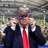 Præsident Donald Trump holder en beskyttelsesskærm op foran sit ansigt under sit besøg på Fords fabrik i Michigan – men han nægtede at følge guvernørens ordre om at bære maske under den åbne del af rundturen, da han ikke ville give pressen den »fornøjelse«, som han udtrykte det.