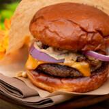 Den verdenskendte restaurant Noma slog dørene op for Noma 3.0 – en burgerbar på Refshaleøen. Søren Frank anmelder Nomas nye coronatiltag, en vin- og burgerbar.