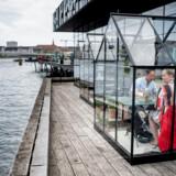 Meyers har pop op-restaurant foran Skuespilhuset. Ved gryderne står Anika Madsen, der er køkkenchefen i Meyers' kommende restaurant i Frederksberg Have, Fasangården.
