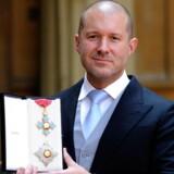 Apples chefdesigner, Jonathan Ive, blev i maj 2012 adlet og fik Knight Commander-medaljen på det britiske kongeslot, Buckingham Palace. Arkivfoto: Rebecca Naden, AFP/Scanpix