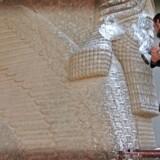 Militante medlemmer af IS har med mukkerter og lufthamre ødelagt uvurderlige kulturskatte. Her bliver tyreskulpturen i Nineveh ødelagt af IS i 2015. Efterfølgende blev hele porten ødelagt. Heldigvis kan man se flere af den type skulpturer på British Museum i London.