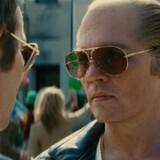 """Endelig: Johnny Depp har fået gode anmeldelser for """"Black Mass"""" Her ses han som gangsterkongen James """"Whitey"""" Bulger i samtale med en korrupte politimand (Joel Edgerton)."""