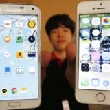 En Samsung Galaxy 5-smartphone til venstre og en Apple iPhone 5-smartphone til højre - med mange ligheder. I ældre Samsung-modeller har den sydkoreanske mobilgigant ladet sig inspirere lidt for kraftigt af sin amerikanske konkurrent. Nu kommer den endelige regning. Arkivfoto: Kim Hong-Ji, Reuters/Scanpix