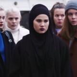 Iman Meskini (midten) spiller Sana, der er hovedperson i den kommende sæson af SKAM.