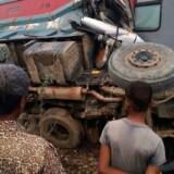 Adskillige meldes kvæstet, efter at et eksprestog i Indien onsdag før daggry ramte en lastbil.