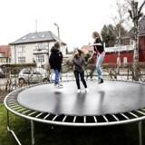 Arkivfoto.Hvert år kommer mange børn og voksne til skade ved at hoppe på trampolin. Derfor er det vigtigt at give trampolinen et sikkerhedstjek.