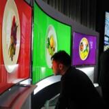 TV-fabrikanterne må sande, at forbrugerne opfatter de buede TV-skærme som en gimmick, der ikke rigtigt giver dem noget.