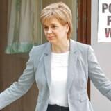 Lederen af Det Skotske Nationalparti (SNP), Nicola Sturgeon, siger fredag morgen, at skotterne nu bør overveje, om de vil løsrive sig fra Storbritannien. For deres fremtid ligger i EU, siger hun.