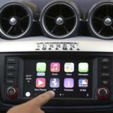 Apple bidrager selv til at holde liv i vedvarende forlydender om, at en egentlig Apple-bil er på vej. Indtil videre arbejder Apple sig ind på de nye bilers skærme med sit CarPlay-system, hvor en iPhone kan kobles til. Arkivfoto: Robert Galbraith, Reuters/Scanpix