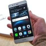 Kinesiske Huawei, som herhjemme står for TDCs mobilnet, går mod strømmen og sælger flere telefoner end tidligere. Den nye topmodel, P9, er dog først kommet i april og indgår dermed ikke i fremgangen i begyndelsen af året. Arkivfoto: Jack Taylor, AFP/Scanpix