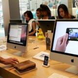 Salget af Apples Macintosh-computere er gået ned - folk vælger billigere modeller. Her et kik i en Apple-forretning i San Francisco. Foto: Robert Galbraith, Reuters/Scanpix