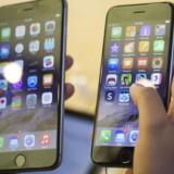 Softwaren i de nye iPhone 6 (til højre) og iPhone 6 Plus volder Apple - og iPhone-køberne - problemer, og nu trækkes en opdatering tilbage, fordi den skabte nye fejl. Arkivfoto: Adrees Latif, Reuters/Scanpix