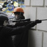 Oppositionsgrupper skyder mod regeringsstyrker, ligesom regeringens skarpskytter skyder mod de civile, fortæller en mand til Berlingskes korrespondent i Kiev, Simon Kruse.
