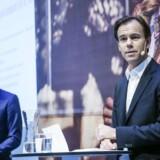 Koncernchef Karl-Johan Persson udlægger teksten ved H&Ms fremlæggelse af årsregnskabet sidst i januar. I baggrunden investeringschef Nils Vinge. Foto: Marc Femenia/TT