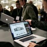 Deltagere på Macworld Expo-udstillingen i San Francisco prøver den nye 17-tommer store MacBook, som Apple lancerer. Foto: Robert Galbraith, Reuters/Scanpix