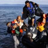 Flygtninge ankommer med gummibåd til den græske ø Lesbos efter at have rejst over Det Ægæiske Hav fra Tyrkiet. EU-Kommissionen håber at indgå en aftale med Tyrkiet om det massive flygtningepres, der er fra lande som borgerkrigsramte Syrien.
