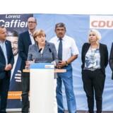 Her ses den tyske kanlser Angela Merkel med Karin Strenz. Strenz er kvinden med den blonde page til højre for Merkel. Olaf Kosinsky/Wikimedia