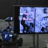 Andreas Mogensen på tv-signal fra rumstationen ISS, mens han styrer en robot med millimeters præcision i en hal i Holland.