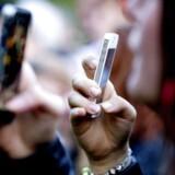Flere og flere beholder deres smartphone i længere tid, fordi de selv betaler for den, efterhånden som tilskuddene fra teleselskaberne forsvinder. Det går ud over smartphonesalget. Arkivfoto: Bax Lindhardt, Scanpix