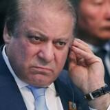 En pakistansk domstol tvinger landets korruptionsanklagede premierminister, Nawaz Sharif, til at forlade sin post