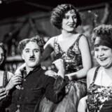 Den nye bog fra Taschen er fyldt med fotos, breve, avisudklip og filmplakater fra Chaplins eget arkiv. Her er komikeren i en pause under en filmoptagelse.