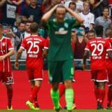 Thomas Delaney græmmer sig forrest, mens Bayern-spillerne jubler over et af Robert Lewandowskis to mål. Reuters/Morris Mac Matzen