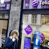 Så længe Telia og Telenor ikke har fået EU-Kommissionens blå stempel til at kunne slå sig sammen i Danmark, fortsætter de to selskaber med at konkurrere skarpt mod hinanden - og konkurrenterne i TDC og »3« - for at stå sig bedst muligt til det fremtidige bryllup. Arkivfoto: Nils Meilvang, Scanpix