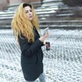 Københavns Byret 19.01.2016. Joanna Palani ankommer til retsbygningen for at efterprøve politiets beslutning om at fratage hende passet ved domstolen. Joanna Palani er tilknyttet de kurdiske peshmerga-styrker, som bekæmper Islamisk Stat i Irak. I alt syv personer har fået forbud mod at forlade Danmark, fordi myndighederne tror, at de vil deltage i krigshandlinger i udlandet. (Foto: Asger Ladefoged/Scanpix 2016)