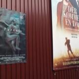 Instruktør Christian Tafdrup kunne ikke få lavet store plakater til sin film »Forældre« og måtte derfor selv rundt og klistre plakater op med tape. Blandt andet denne hos Nordisk Film. Foto: PR