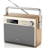 En radio er ikke bare en radio. Langt de fleste har stadig en FM-radio eller hører radio over internetforbindelsen, selv om man i årevis har kunnet købe digitale DAB-radioer som denne, der også kan klare de ældre FM-signaler. Foto: Philips