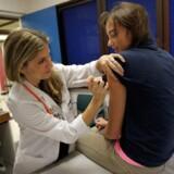 HPV-vaccinen har fået stor mediebevågenhed, fordi danske piger i hundredvis har oplevet symptomer som hovedpine, voldsom træthed, koncentrationsbesvær, svimmelhed, besvimelse og mavesmerter efter at være blevet vaccineret