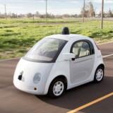 25 selvkørende biler som denne, udviklet af internetgiganten Google, vil til sommer blive sluppet løs på de almindelige veje for at blive prøvet af. Men modsat tidligere udmeldinger er der både rat og pedaler i bilerne, for der har været uheld. Arkivfoto: Google/Reuters/Scanpix