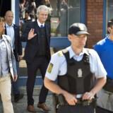 Geert Wilders forlader debatmødet på Kongeskærskolen i Allinge.