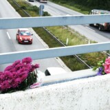 Blomster lagt på en motorvejsbro efter et stenkast på motorvejen over Fyn.