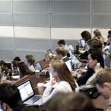 Elever på Copenhagen Business School CBS fotograferet fredag den 27. marts 2015. En undersøgelse fra Berlingske Research viser, at halvdelen af landets lektorer og professorer mener, at hver 10. studerende ikke bør studere på universitetet, fordi vedkommende ikke har faglighed og motivation til det.