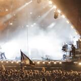 Mange tilskuere tog billeder og filmede, da rapperen Del the Funky Homosapien drattede ud over scenekanten ved koncerten med Gorillaz på Roskilde Festival lørdag aften. Efterfølgende skulle foto og optagelser selvfølgelig deles, og det gav fart på festivalens mobile netværk. Jens Nørgaard Larsen/Ritzau Scanpix