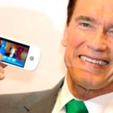 Californiens guvernør, den tidligere østrigske skuespiller og bodybuilder Arnold Schwarzenegger med HTCs såkaldte Google-telefon på IT-messen CeBIT i Hannover tidligere i denne måned. Foto: Kay Nietfeld, EPA/Scanpix