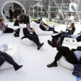 Ikke alle er så heldige som disse deltagere på verdens største mobilmesse i Barcelona, at de har mobiladgang. Og udsigten til, at mere og mere udstyr skal på nettet, betyder nye milliardinvesteringer for telebranchen, hvis kunderne ikke skal flygte til andre og bedre dækkende selskaber. Foto: Lluis Gene, AFP/Scanpix