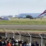 Verdens største passagerfly, Airbus A380, lander i Københavns Lufthavn. Det er det arabiske luftfartselskab Emirates, der for første gang i dag indsætter kæmpeflyet på sin rute mellem København og Dubai.