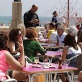 Titusindvis af britiske turister foregiver, at de bliver syge af feriekosten i Sydeuropa. Millionudgifter til erstatningskrav får nu spanske hotelejere til at true med højere priser og adgangsforbud for gæster fra Det Forenede Kongerige.
