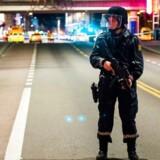 En norsk politibetjent holder vagt, efter politiet har anholdt en 17-årig russer efter fund af en bombelignende genstand.