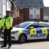 Britisk politi holder vagt uden for en privat adresse i Amesbury i det sydlige England. Her blev Dawn Sturgess og Charlie Rowley lørdag fundet bevidstløse under omstændiigheder, som udløste en større efterforskning.