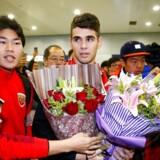 Den brasilianske midtbanespiller Oscar ankommer til Shanghai Pudong International Airport