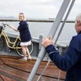 Efter 18 år uden færge har Dragør nu igen forbindelse til sin søsterby Limhamn i Sverige. 46-årige Rikke V. Stoltz er kvinden bag projektet. I forgrunden ses skibsføreren Erik.