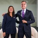 Borgmester i Paris Anne Hidalgo og Los Angeles' ditto Eric Garcetti poserere efter afsløringen af, at deres to byer vil være værter for OL i henholdsvis 2024 og 2028.
